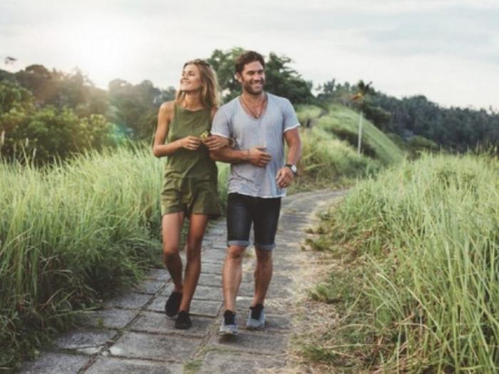 Keine langfristige Beziehung Sternzeichen ein verliebtes Paar beim Sport Spaziergang in der Natur