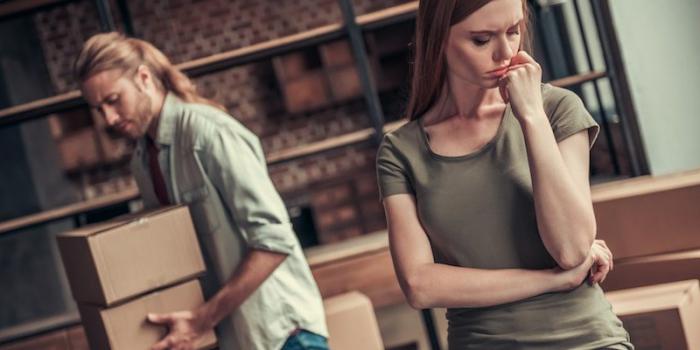 Keine langfristige Beziehung Sternzeichen junge Frau Mann verzweifeltes Gesicht beim Umzug
