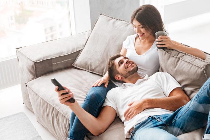 Keine langfristige Beziehung Sternzeichen zwei junge Leute auf der Couch gutes Verhältnis