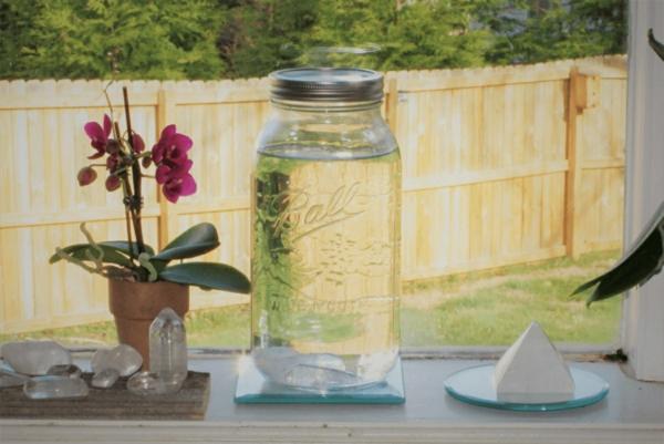 Kristalle aufladen und ins Wasser geben Kristallwasser