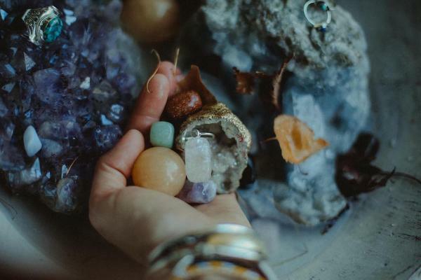 Kristallwasser eine Handvoll Krsitalle Wasser aufladen