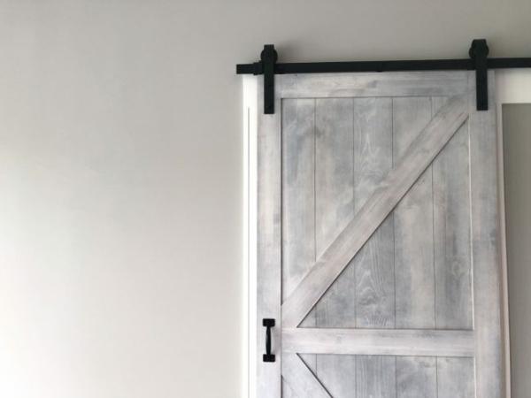 Mit Kalkfarbe streichen Holz tünchen Techniken Holztür