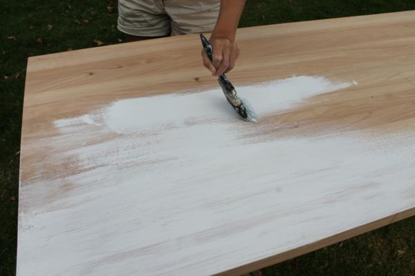 Mit Kalkfarbe streichen Holz tünchen Techniken Pinsel verwenden