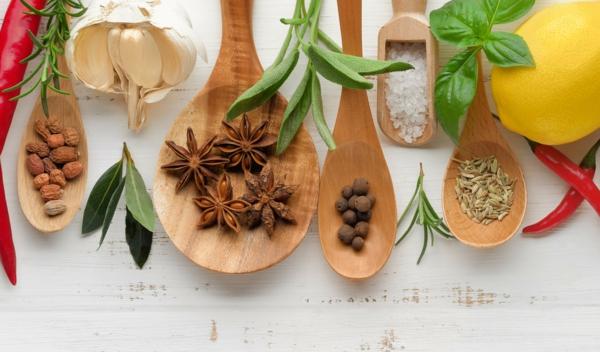 Salzersatz weniger Salz zu sich nehmen Kräuter und Gewürze
