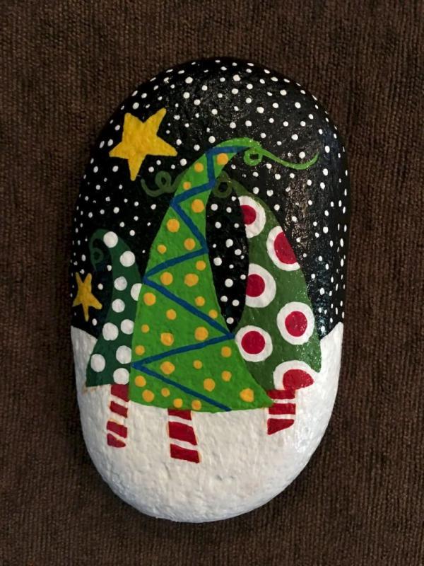 Steine bemalen zu Weihnachten – künstlerische Ideen und Tipps für eine festliche Winterdeko ausgefallene tannenbäume wald winter