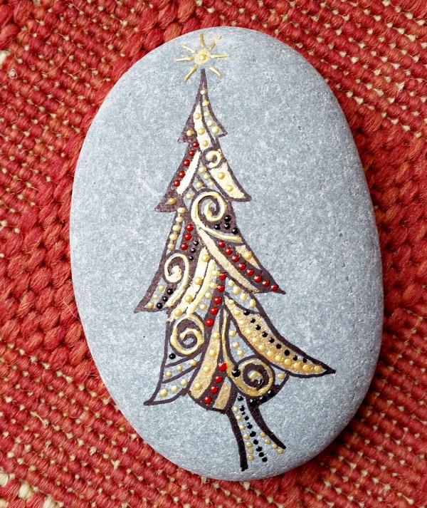 Steine bemalen zu Weihnachten – künstlerische Ideen und Tipps für eine festliche Winterdeko geometrisch metallic farben tannenbaum