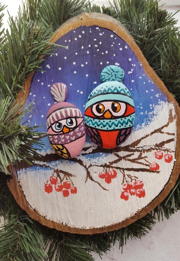 Steine bemalen zu Weihnachten – künstlerische Ideen und Tipps für eine festliche Winterdeko holz und stein deko eulen im baum