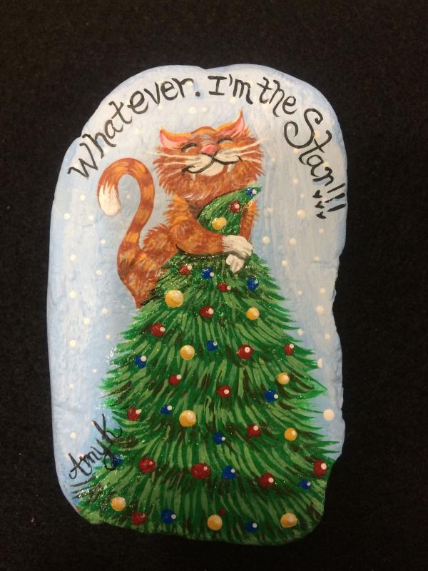 Steine bemalen zu Weihnachten – künstlerische Ideen und Tipps für eine festliche Winterdeko katze oben auf tannenbaum