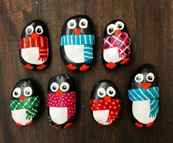 Steine bemalen zu Weihnachten – künstlerische Ideen und Tipps für eine festliche Winterdeko penguine niedlich leicht