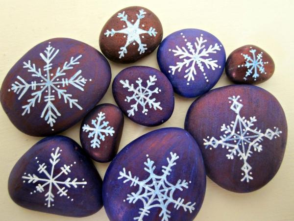 Steine bemalen zu Weihnachten – künstlerische Ideen und Tipps für eine festliche Winterdeko schneeflocken einfache motive