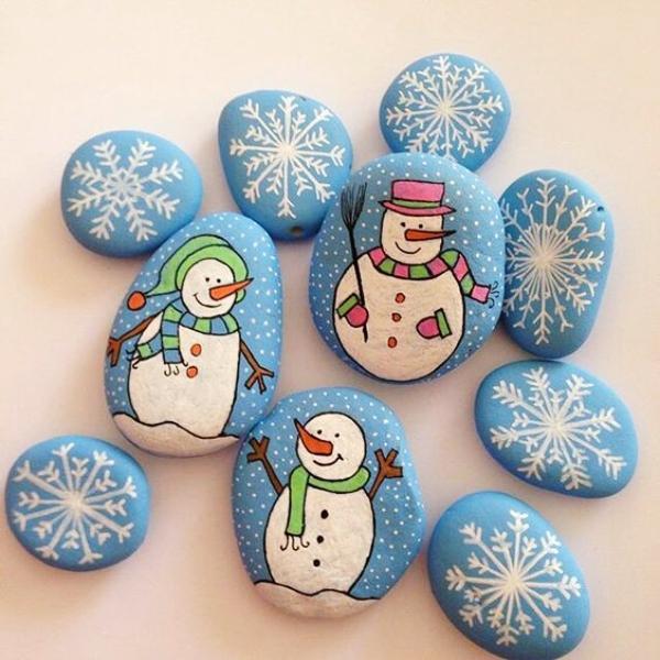 Steine bemalen zu Weihnachten – künstlerische Ideen und Tipps für eine festliche Winterdeko schneeflocken und eismänner deko
