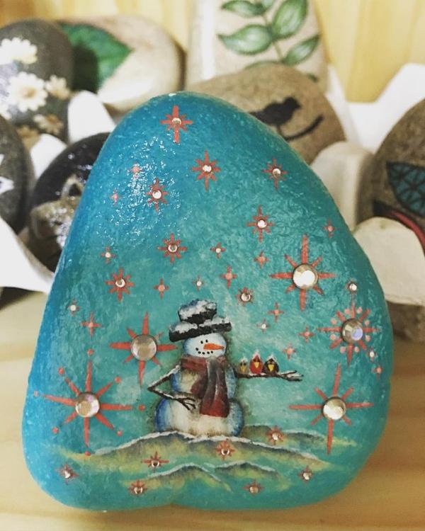 Steine bemalen zu Weihnachten – künstlerische Ideen und Tipps für eine festliche Winterdeko schneemann im schnee perlen schneeflocken