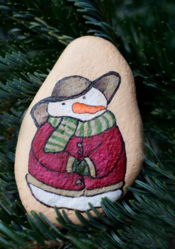 Steine bemalen zu Weihnachten – künstlerische Ideen und Tipps für eine festliche Winterdeko schneemann ornament baum