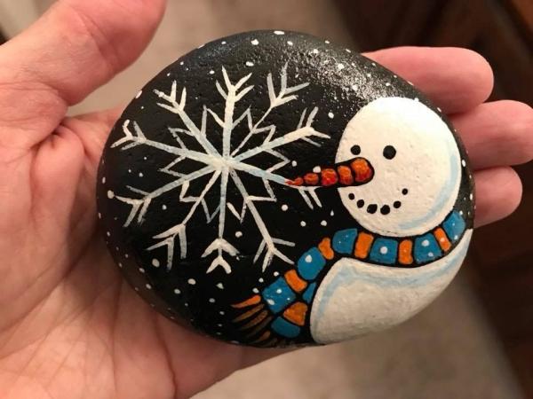Steine bemalen zu Weihnachten – künstlerische Ideen und Tipps für eine festliche Winterdeko schneemann schneeflocken deko