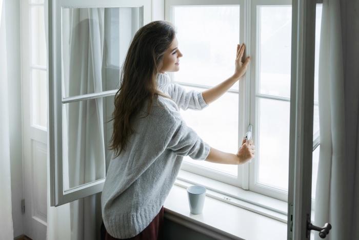 Sternzeichen gern alleine unabhängige Einzelgänger junges Mädchen am Fenster Kaffeebecher