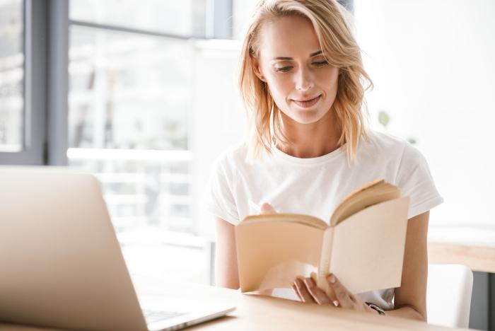 Sternzeichen gern alleine unabhängige Einzelgänger junges Mädchen zu Hause am PC ein Buch in der Hand