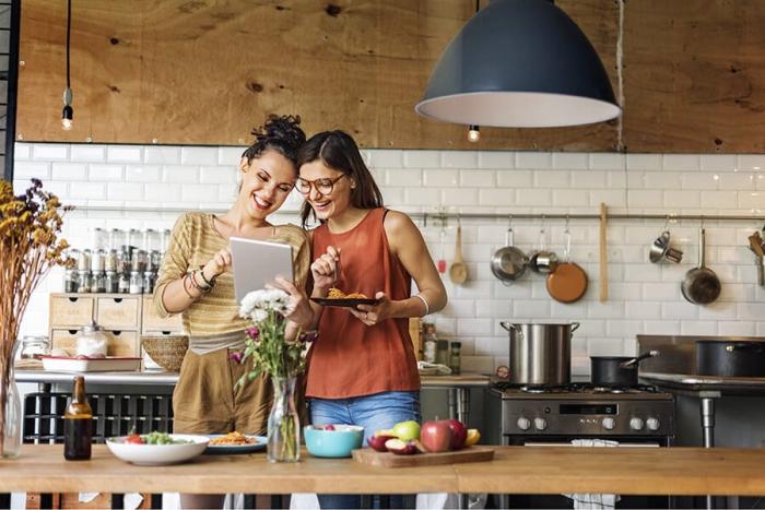 Sternzeichen gern alleine unabhängige Einzelgänger zwei Freundinnen in der Küche zusammen kochen diskutieren
