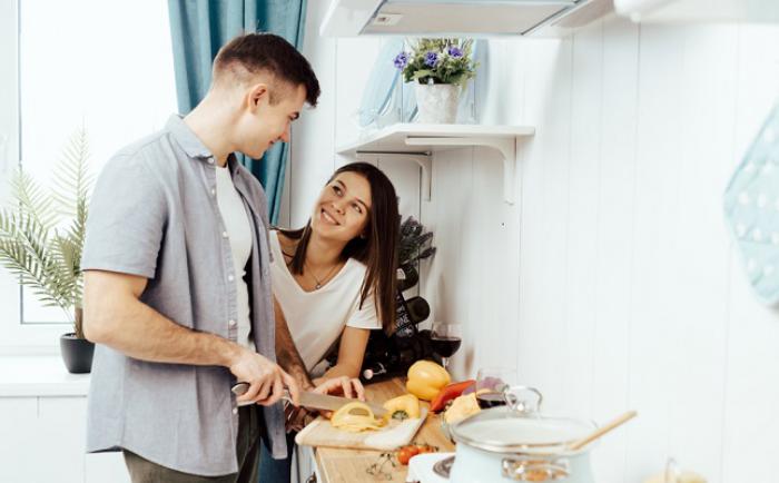 Verliebt sein Sternzeichen Steinbock junges Paar beim Kochen in der Küche
