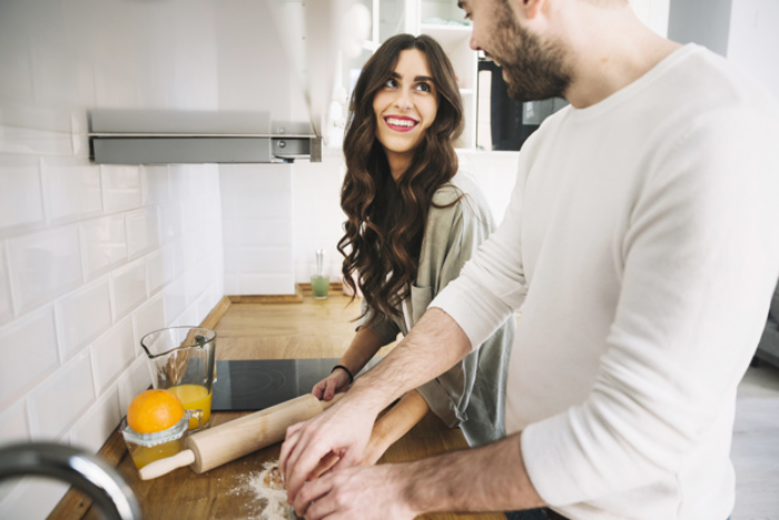 Verliebt sein Sternzeichen Zwillinge erkennt neue Stärken an sich junges Paar beim Kochen