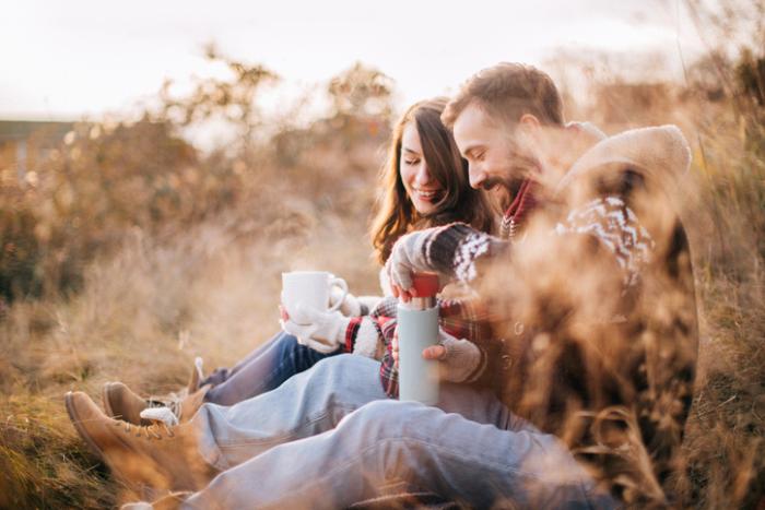 Verliebt sein junges Paar bei Waldwanderung glücklich Kaffeepause in der Natur machen gute Zeit zusammen verbringen