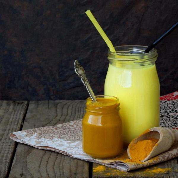 Warme Smoothies Wintergetränke Kochwasser und Kurkuma