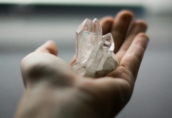 Wie kann man Kristallwasser und Kristalle reinigen und aufladen