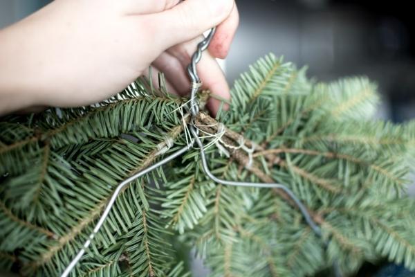 Winterdeko basteln zu Weihnachten immergrüne zweige deko kranz anleitung