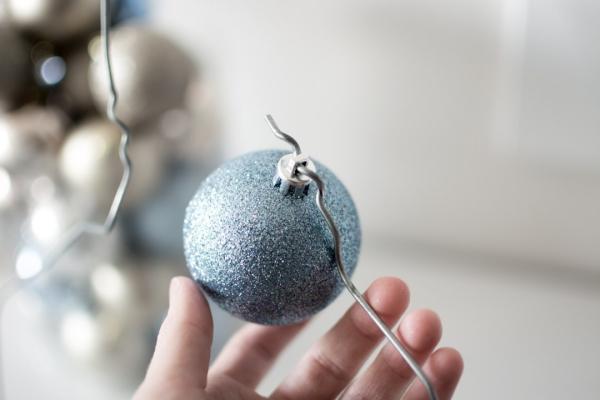 Winterdeko basteln zu Weihnachten kugeln befestigen draht hacken