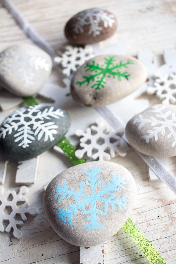 Winterdeko basteln zu Weihnachten steine bemalen schneeflocken bunt