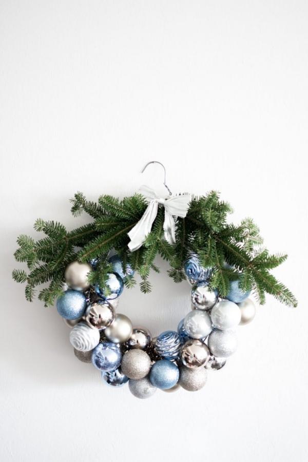 Winterdeko basteln zu Weihnachten türkranz winter ornamente kugeln