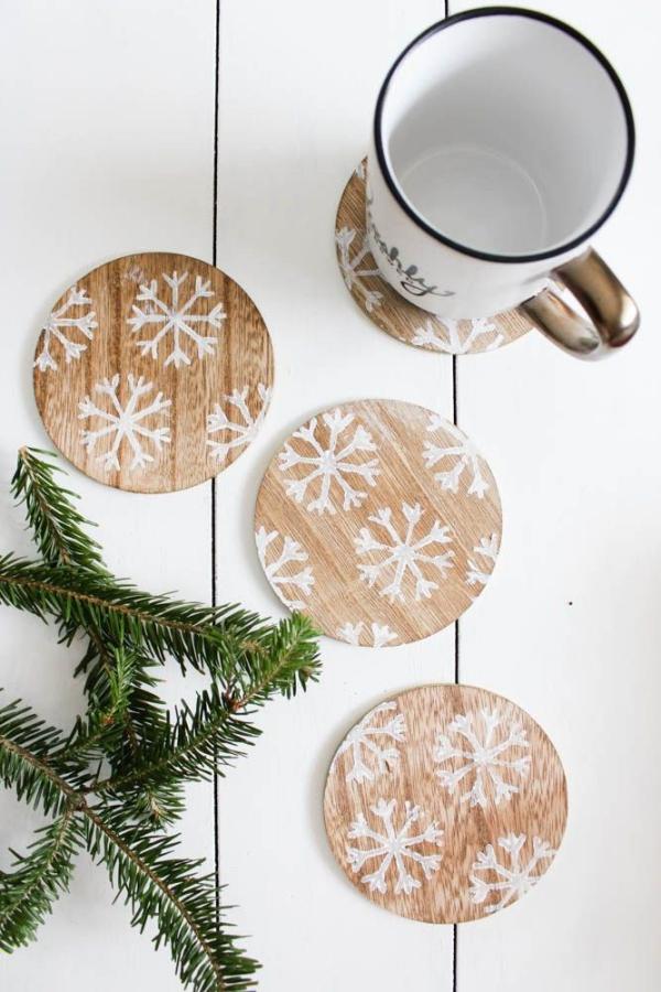 Winterdeko basteln zu Weihnachten tassenuntersetzer schneeflocken deko holz