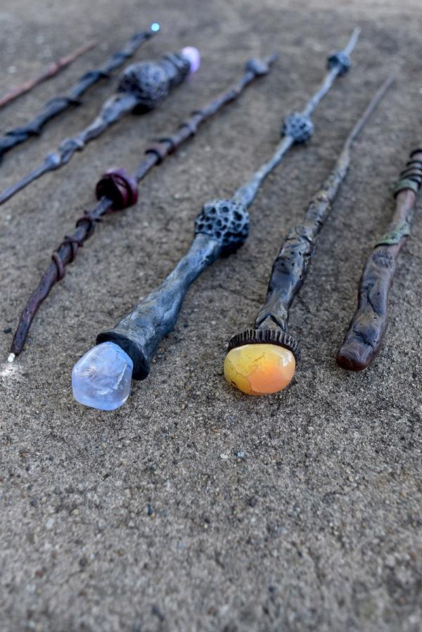 Zauberstab basteln mit Kindern zu Halloween oder Fasching – Ideen und Anleitungen coole zauberstäbe mit juwelen