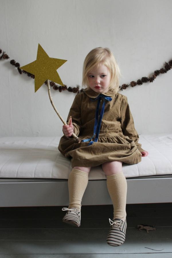 Zauberstab basteln mit Kindern zu Halloween oder Fasching – Ideen und Anleitungen einfacher stab mädchen stern