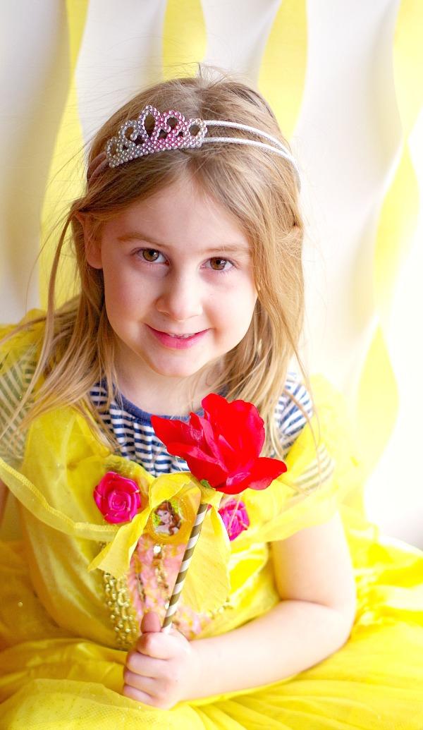 Zauberstab basteln mit Kindern zu Halloween oder Fasching – Ideen und Anleitungen mädchen gelbes kleid fee prinzessin rose stab