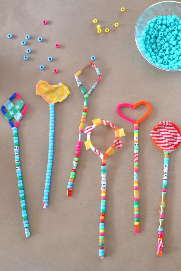Zauberstab basteln mit Kindern zu Halloween oder Fasching – Ideen und Anleitungen zauber stäbe kleinkinder ideen