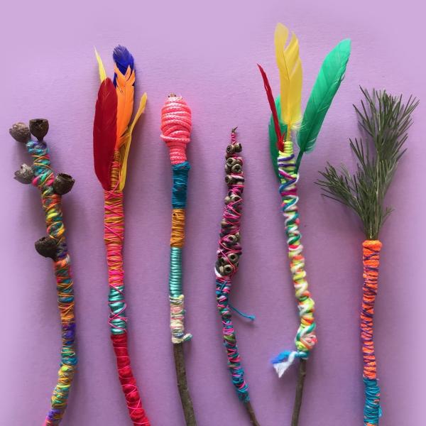 Zauberstab basteln mit Kindern zu Halloween oder Fasching – Ideen und Anleitungen zauberstabe aus zweigen feder garn