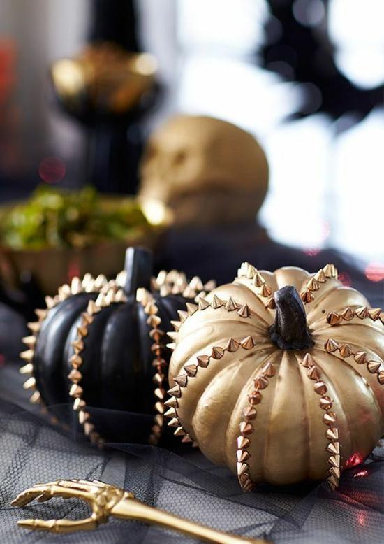 ausgefallene halloween tischdeko mit kürbissen in gold und schwarz