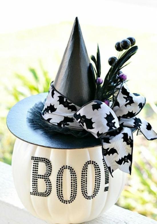 boo weißer kürbis mit hexenhut tischdeko zu halloween