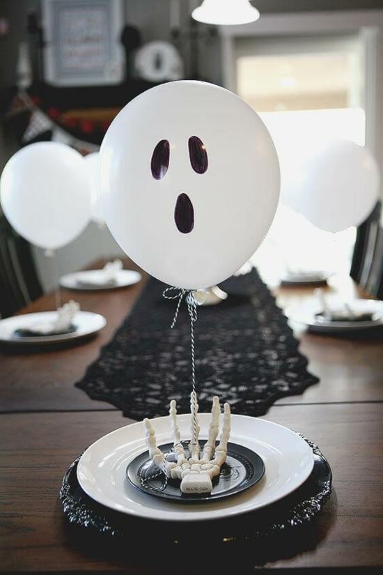 einfache halloween deko idee tischdeko mit luftballons