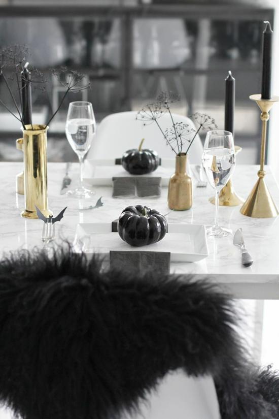 elegante halloween tischdeko mit gold und schwarzen kürbissen