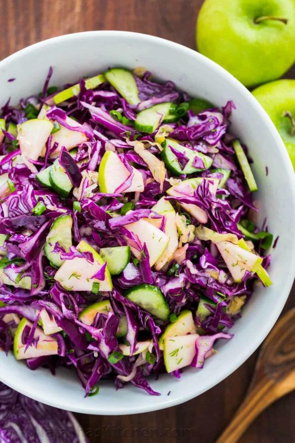 gesunder salat mit rotkohl und äpfeln