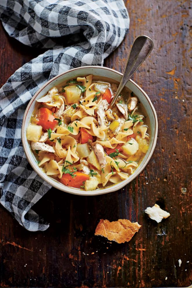 gesundes Abendessen schnelle Rezepte Hühnersuppe mit Kartoffeln Nudeln Karotten