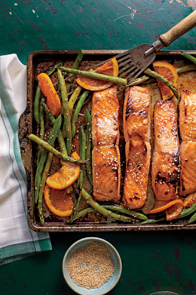 gesundes Abendessen schnelle Rezepte Lachs mit Spargeln Zitronenscheiben auf dem Backblech