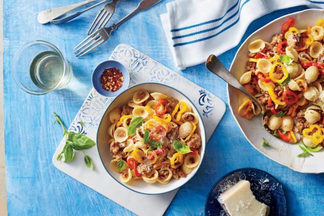 gesundes Abendessen schnelle Rezepte Pasta Gericht mit Wurststückchen Paprika Basilikum