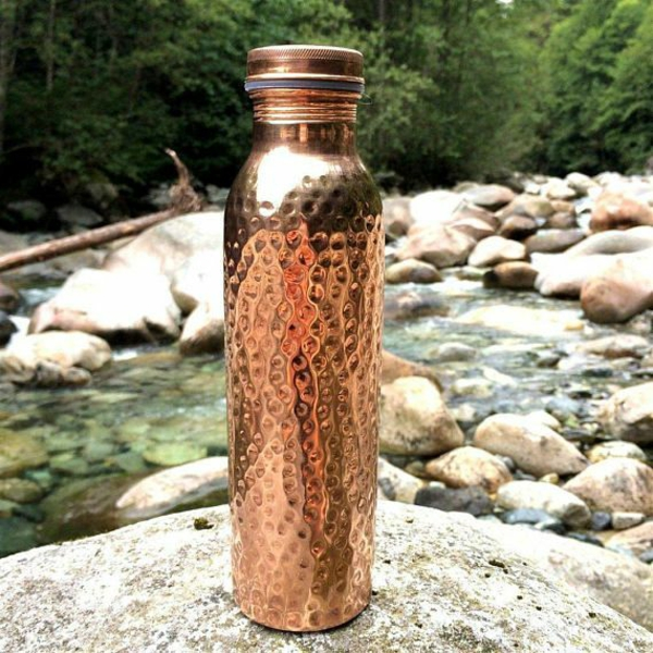 gesundes wasser trinken aus kupferflasche