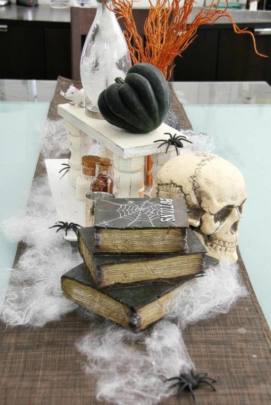 gruselige tischdeko halloween spinnwaben spinnen schwarzer kürbis