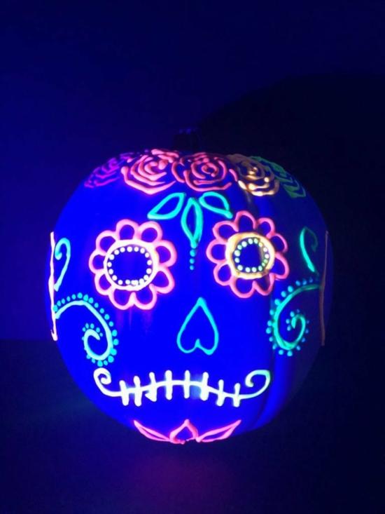 halloween deko kürbis bemalen leuchtfarbe
