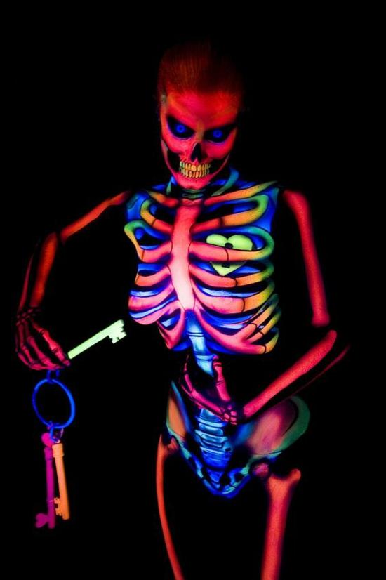 halloween kostüm mit leuchtfarbe dekorieren