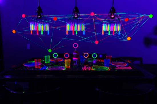 halloween party mit leuchtfarbe ideen