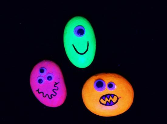 halloween steine bemalen mit leuchtfarbe